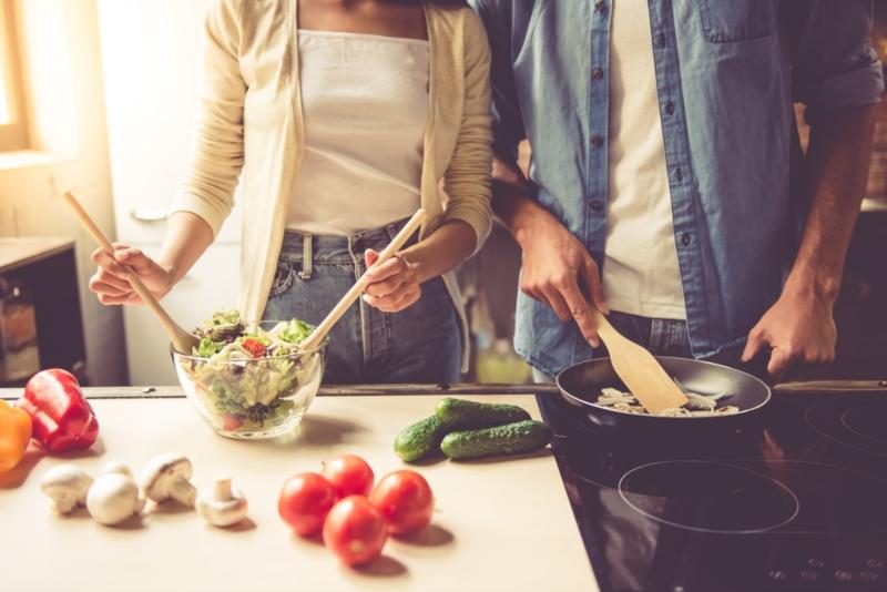 couple en train de cuisiner
