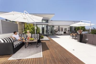 Une terrasse en carrelage ou en bois ?