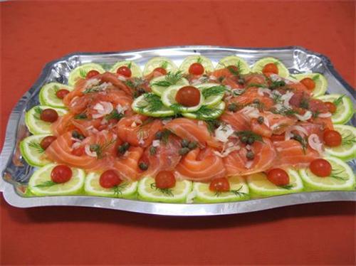 Geräucherter Lachs auf Zitrone mit Zwiebeln, Kapern und Dill.