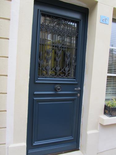 Porte d 39 entr e en ch ne 68 mm d 39 paisseur avec panneau for Epaisseur porte d entree