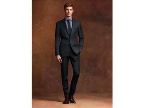 Costume homme noir et chemise grise