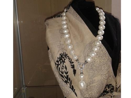 Foulard & collier de perles blanches