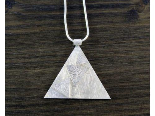 Pendentif triangulaire réticulé