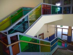 Escalier avec vitrages colorés