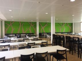 Salle réfectoire avec arbres stylisés sur mesure