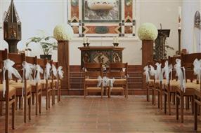 Eglise décorée pour mariage, flots et boules de roses