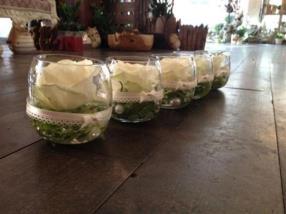 Arrangement de table avec roses blanches