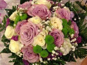 Bouquet de roses blanches & parmes