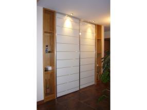 Placard d'entrée avec portes coulissantes