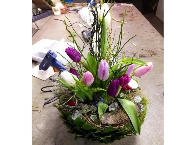 Création d'une coupe de fleurs printanières