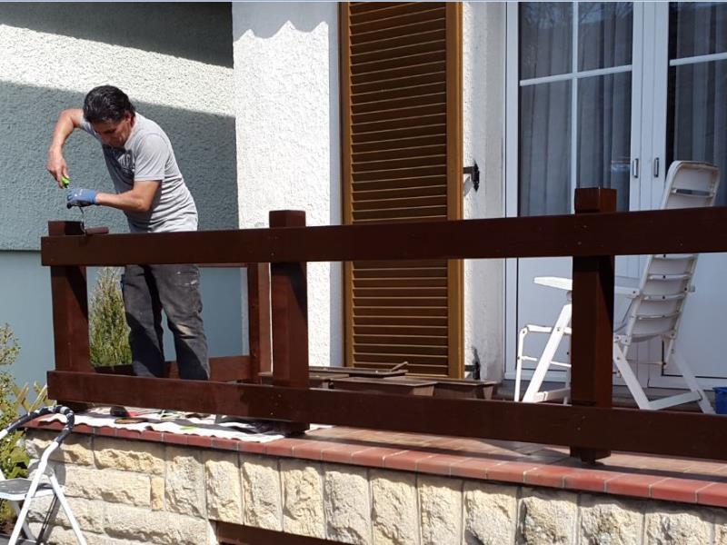 Remise en vernis sur barrière en bois